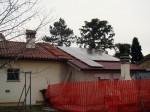 Impianto fotovoltaico sul tetto di un garage - vista dalla strada